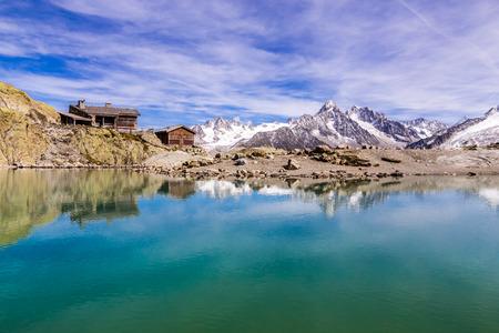 aiguille: View Of Lac Blanc, Lac Blanc Refuge, Aiguille du Tour, Aiguille du Chardonnet, Aiguille d Argentiere And Aiguille de l A Neuve-France Stock Photo