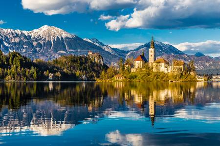 Niesamowity widok na Jezioro Bled Wyspa, kościół i zamek z Mountain Range Stol, Vrtaca, Begunjščica w tle-Bled, Słowenia, Europa Zdjęcie Seryjne