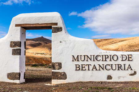 ortseingangsschild: Typische Zeichen der New Gemeinde - Betancuria, Fuerteventura, Kanarische Inseln, Spanien