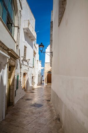 Rue étroite de Locorotondo - Bari, Italie, Europe