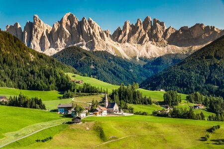 Kirche Santa Maddalena und Geisler (Geisler) Dolomiten Berggipfel - Val Di Funes, Südtirol, Italien