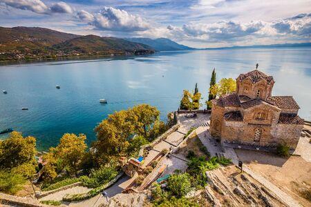 Iglesia de San Juan en Kaneo con vistas al lago Ohrid - Ohrid, Macedonia, Europa