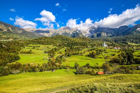 Landschaft rund um das Dorf Dzernica und die Herz-Jesu-Kirche - Dreznica, Kobarid, Gorizia, Slowenien, Europe