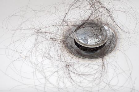 Haarausfall Problem in weißen Waschbecken. Standard-Bild - 43444626