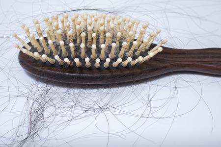 Problema de pérdida de cabello en bruch, sobre fondo blanco, defluvio mujeres posparto Foto de archivo - 43444731