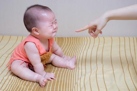 Aziatische baby huilen tijdens moeder uitbrander
