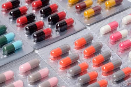 gripe: p�ldora de la droga y de la c�psula de antibi�ticos en blister