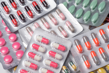 droga: p�ldora de la droga y de la c�psula de antibi�ticos en blister