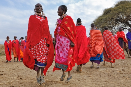tribu: Masai Mara, Kenya, 23 de agosto: Grupo de los no identificados mujeres africanas de la tribu Masai mostrar una danza tradicional de Salto el 23 de agosto de 2010 en una aldea cercana Parque Nacional Masai Mara.