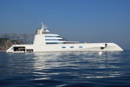 super yacht: MONTENEGRO 2 agosto: yacht di lusso A il 2 agosto 2010 nel golfo di Budva. Si tratta di 118 metri di lunghezza, ha un 3 piscine a bordo, un proprietario? S suite, 6 suite per gli ospiti e gli alloggi per i 42 dipendenti, che include 5 ospite? S staff. Il proprietario � A.Melnichenko, uno