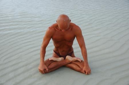 astral body: El curtido hombre de raza cauc�sica est� practicando yoga en la playa