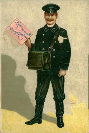 cartero: RUSIA - CIRCA 1908: tarjeta de Vintage mensaje de Navidad con resistido bordes impresos en 1908, de Varsovia. Sonriendo cartero vestido con el uniforme sostiene en su mano un saludo sobre grande, circa 1908 Editorial
