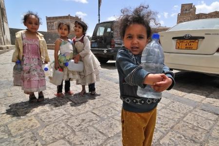pobreza: YEMEN, SANA? 06 de marzo: las chicas no identificados con las ollas vac�as de agua que van en busca de agua potable en el 06 de marzo 2010 en Sana, Yemen. Las ni�as crecen en el pa�s m�s pobre, con pocas oportunidades para la educaci�n