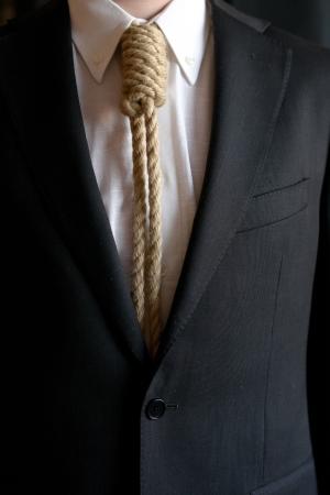 ahorcado: Detalle de hombre de negocios con soga del ahorcado en vez de corbata simboliza los problemas econ�micos Foto de archivo