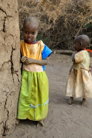 マサイマラ国立保護区は、ケニア - 08 月 23 日: マサイ族の部族から少し正体不明のケニア子供衣装を着て、シンプルで汚れた服マサイマラ国立保護