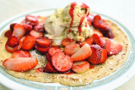 dessert plate: Dolce Piatto dessert con gelato e fragole fresche sul pancake Piccola profondit� di campo