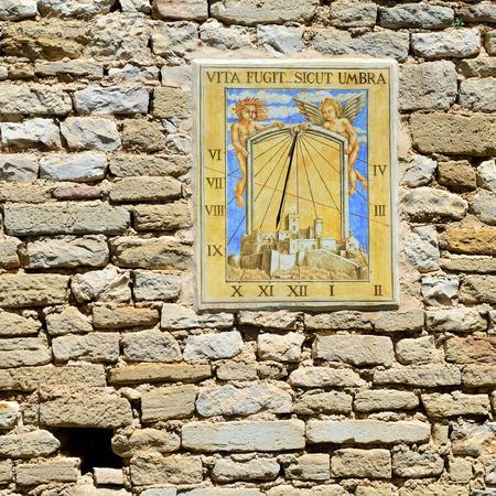 reloj de sol: Reloj Antiguo reloj de sol en la pared de piedra del castillo de Le Barroux, Provenza, Francia