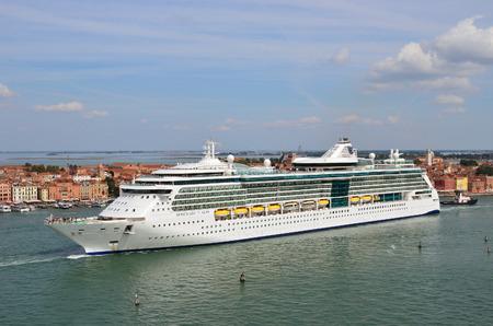 ヴェネツィア, イタリア - 2014 年 9 月 24 日: 豪華クルーズ船朝でヴェネツィアの潟に表示されます。以上 1000 万観光客は毎年ベニスを訪れる