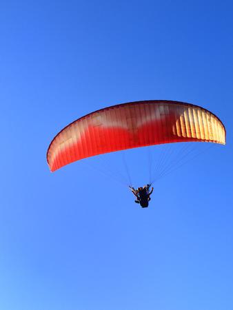 motorizado: Planeador motor Pará en el cielo azul bajo la luz del sol