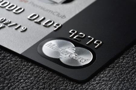 ロシア、モスクワ - 2015 年 2 月 22 日: プレミアム クレジット カード マスター カード ブラック版黒い革背景に。小さな被写し界深度 報道画像