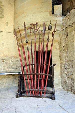 alabarda: Arma da mischia medievale la lancia picco alabarda e un altro nel castello di Le Barroux Provenza Francia
