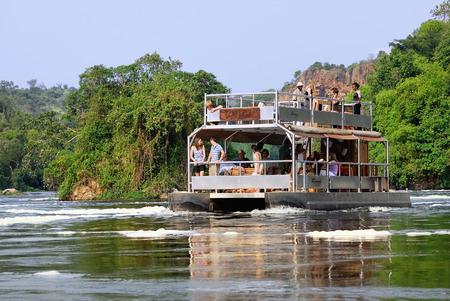 white nile: UGANDA 27 de agosto 2010: Los turistas visitan el Murchison Falls tambi�n conocido como Kabarega Falls es una cascada entre el lago Kyoga y el lago Albert en el r�o Nilo Blanco en Uganda.