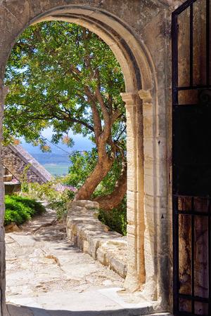 puerta abierta: Ver a través de la puerta abierta en el patio interior del castillo medieval de Barroux. Provence, Francia