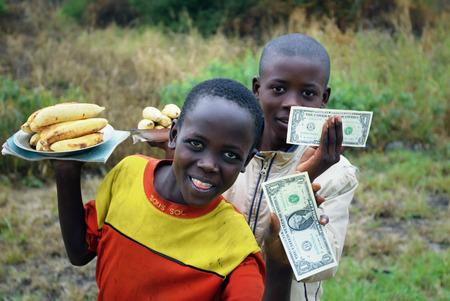 platanos fritos: UGANDA, Fort Portal - 30 de agosto 2010: Dos joven vender los pl�tanos fritos en la frontera con el Congo. Los ni�os en Uganda desde la primera infancia aprender a ganar dinero