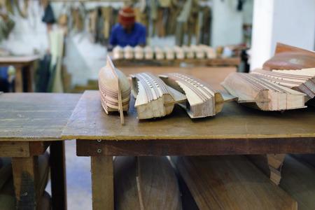 pez vela: Una persona no identificada hace un modelo de barco en la fábrica en la Isla Mauricio. réplica de madera vieja de pez volador famoso es el recuerdo turístico más popular en la isla de Mauricio