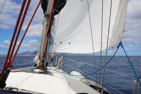 bateau voile: Voile d'un bateau � voile contre le ciel dans l'oc�an atlantique