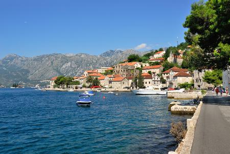 paisaje mediterraneo: PERAST, Montenegro - 12 de agosto de 2009: Hermoso paisaje con la ciudad mediterránea - Perast, bahía de Kotor Boka Kotorska, Montenegro. Kotor es un patrimonio de la humanidad