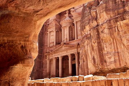 Al Khazneh - die Schatzkammer der antiken Stadt Petra, Jordanien. Blick vom Grab Standard-Bild - 45492144