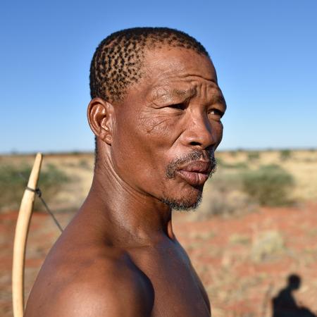 the hunter: KALAHARI NAMIBIA - ENE 24 de, 2016: Primer plano retrato cazador Bushman. El pueblo san, tambi�n conocidos como bosquimanos son miembros de los diversos pueblos de cazadores-recolectores ind�genas del sur de �frica