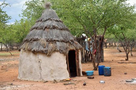 tribu: caba�a africana tradicional en la aldea de la tribu himba, Namibia Foto de archivo