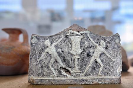 greek pot: Nemea, Grecia - 23 SETTEMBRE 2016: Un antico ceramica raffigurante atleti - vincitori dei giochi sportivi nel museo di antica Nemea, uno da un sacco di siti archeologici in Grecia Editoriali