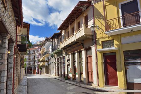 Arahiva, Greece - Sept 20, 2016: Street in the famous resort of Arachova on mountain Parnassos, Greece Imagens - 64566178