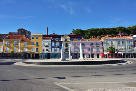 Setubal, Portugal - 5. Juni 2017: Stadtbild von Setubal-Stadt mit moderner Installation als drei Sardinen. Die Stadt ist das wichtigste Zentrum der Fischerei in Portugal, insbesondere der Sardinen Standard-Bild - 81094590