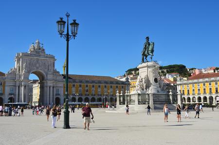 do: Lisbon, Portugal - June 11, 2017 : Praca do Comercio (Commerce Square), Rua Augusta Arch and  equestrian statue of King Jose I. Main public square in Lisbon shown at sunset time