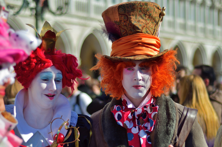 Venice, Italy - March 6, 2011: Unidentified  participants in costumes Queen of Hearts and Mad Hatter from Alice in Wonderland story on St. Mark's Square during the Carnival of Venice 에디토리얼