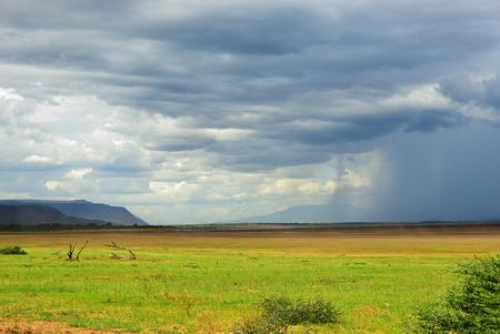 タンザニア、アフリカのマニャラ湖上の雷雨