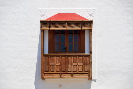 Drewniany balkon hiszpański. Playa Blanca, Wyspy Kanaryjskie, Hiszpania