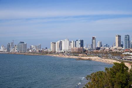 Tel Aviv, Israel - 05. April 2019: Skyline von Tel Aviv vor der Küste des Mittelmeers. Blick von der Jaffa-Promenade