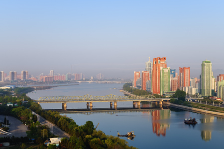 Pyongyang, DPR Korea North Korea and Taedong River in the morning fog. Othat Kangan street from the Yanggakdo Hotel 免版税图像