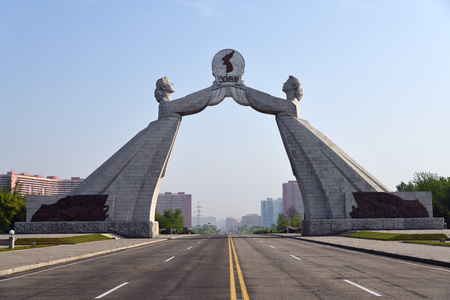 Monument à la Charte en trois points pour la réunification nationale illustré au lever du soleil, Pyongyang, Corée du Nord