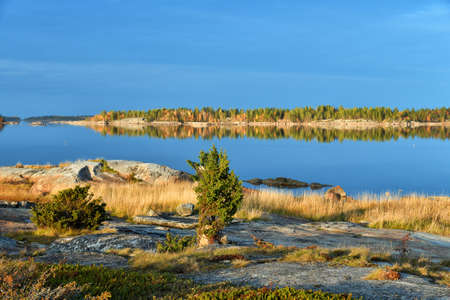 Beautiful landscape of the White Sea at sunrise. Onega Gulf, Karelia, Russia. The littoral zone at high tide Banque d'images