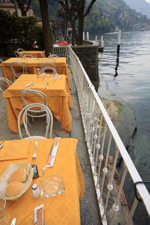 lake como: tafels langs het Comomeer Stockfoto