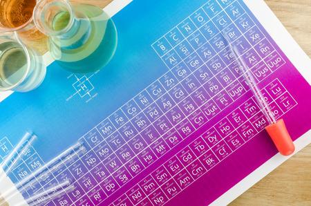 Laboratorium glaswerk en periodiek systeem der elementen Stockfoto