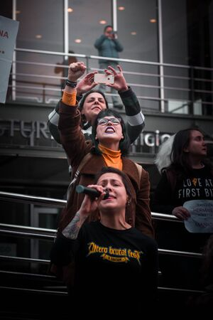 OVIEDO, ASTURIAS. SPAIN - APRIL 26, 2018. Many women and feminists in a march against violence and sexual abuse after the Manada case veredict in court 新聞圖片