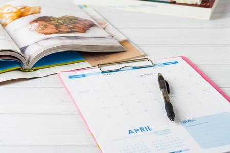 planung: Monatskalender und Stapel von Kochbüchern. Konzeptionelle Bild zeigt Mahlzeit Planung im Gange. Geringe Schärfentiefe, Lizenzfreie Bilder