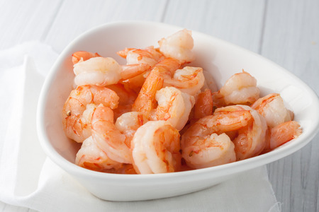 gamba: Close up de camarones grandes cocinados frescos o coctail shrimpl en recipiente blanco